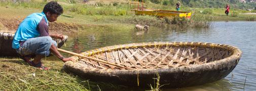 Inder mit seinem Korbboot in Hampi