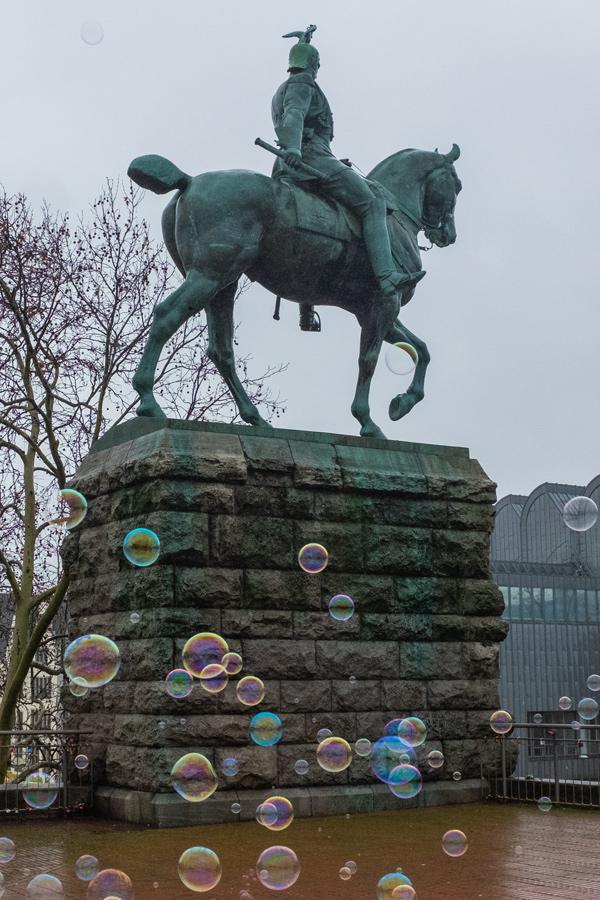 Seifenblasen am Denkmal