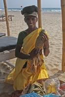 Obstverkäuferin am Strand von Mandrem